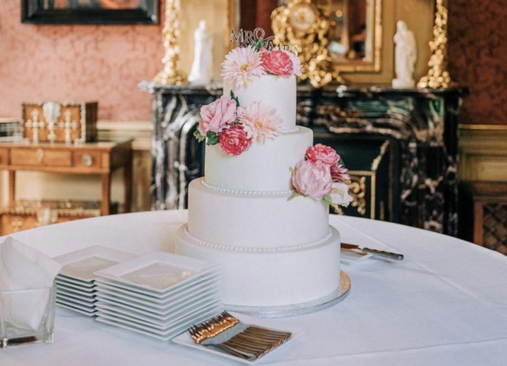 Bruidstaart in de rode salon van Kasteel keukenhof