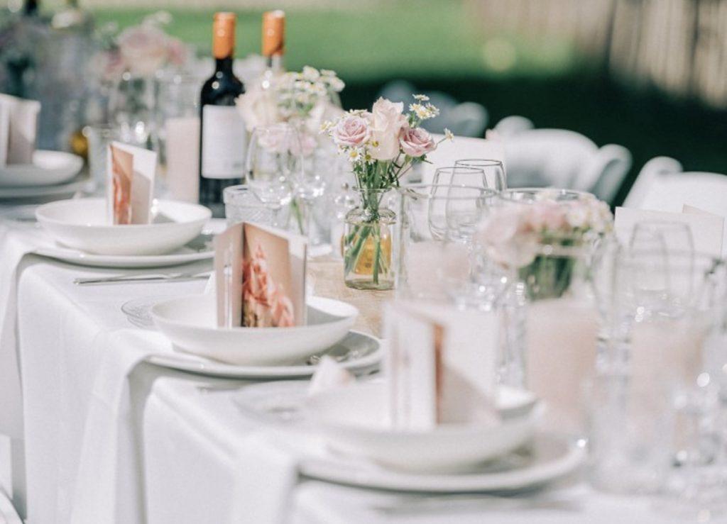 Diner aan lange tafel in de tuin van de Hofboerderij