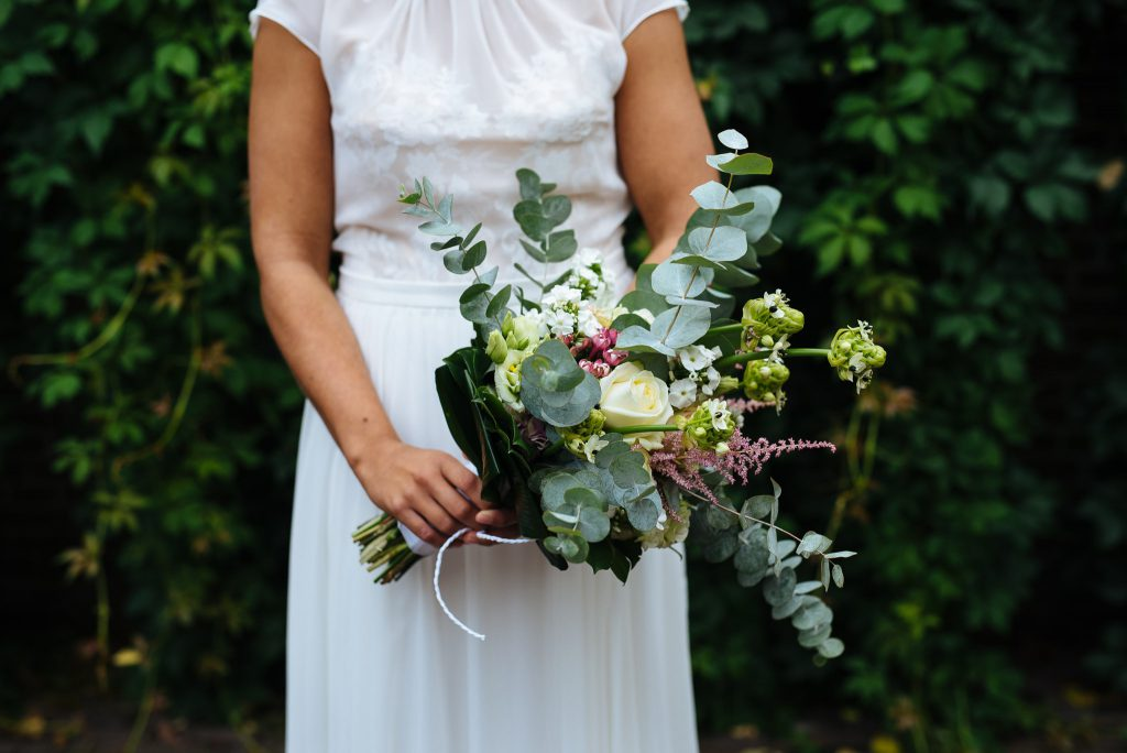 100jasper-hanneke-bruiloft-tuinbruiloft-trouwen-ineigentuin-journalistieke-tijdloze-trouwfotografie-echt-nononsense-min