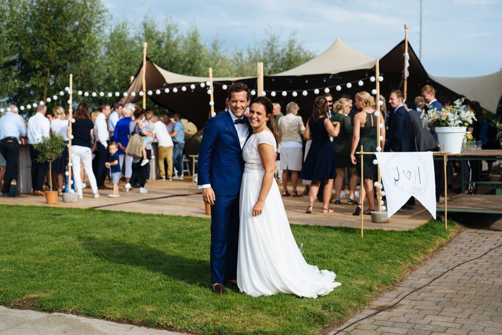 142jasper-hanneke-bruiloft-tuinbruiloft-trouwen-ineigentuin-journalistieke-tijdloze-trouwfotografie-echt-nononsense-min