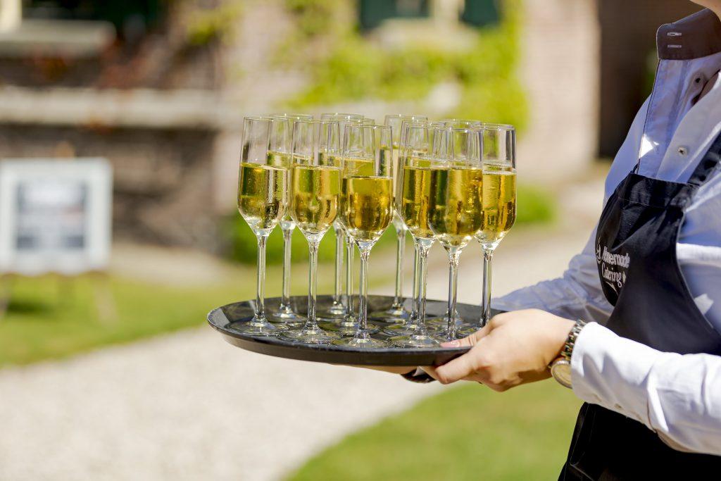 Een proost op het huwelijksgeluk bij het balkon van Kasteel keukenhof